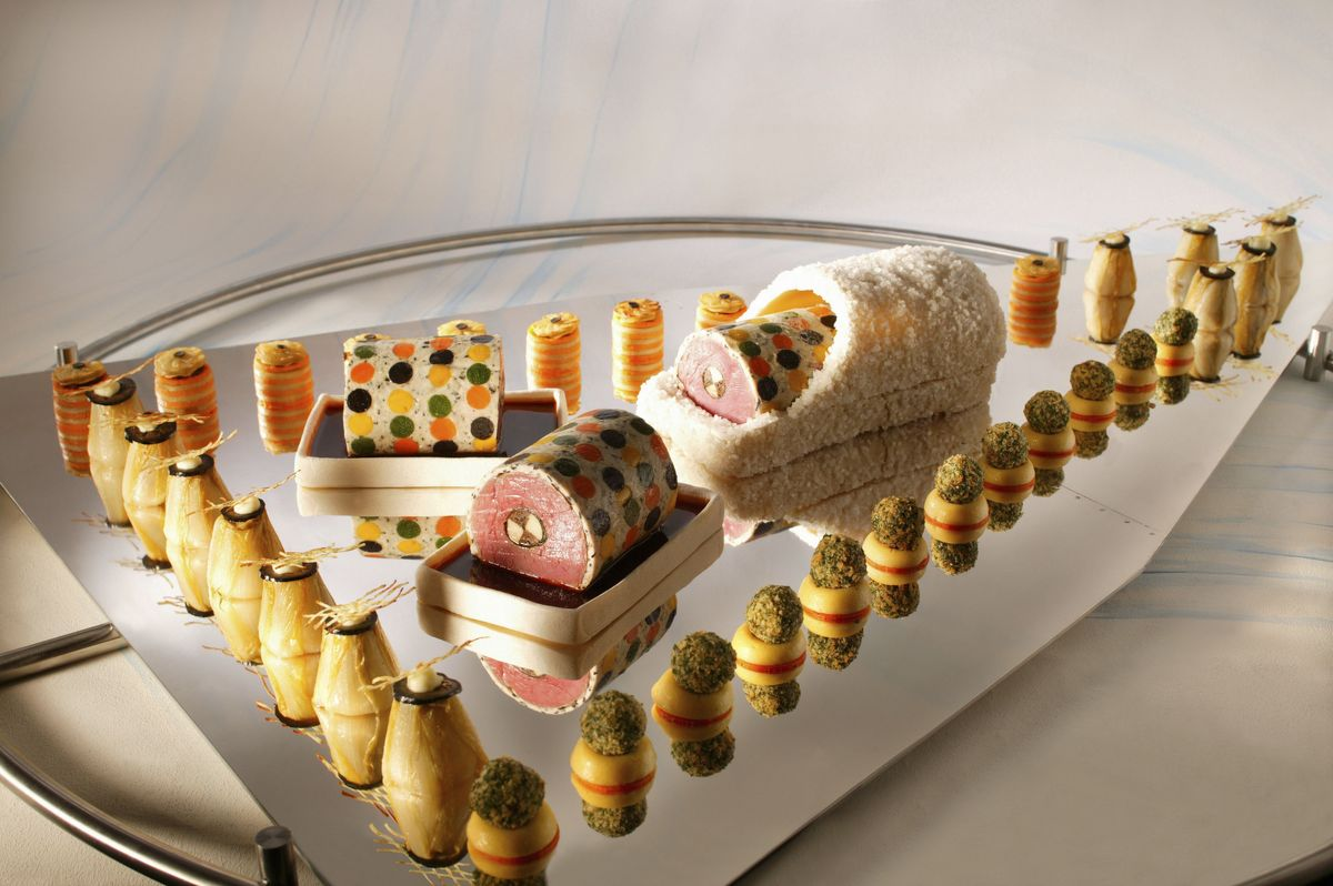 Truite saumonée en robe de courgette, beurre blanc à la moutarde rouge, mini-pâtisson aux huîtres en cercles pomme de terre, jeune anguille à la betterave et sa croûte de raifort, chartreuse d'asperges à l'écrevisses.
