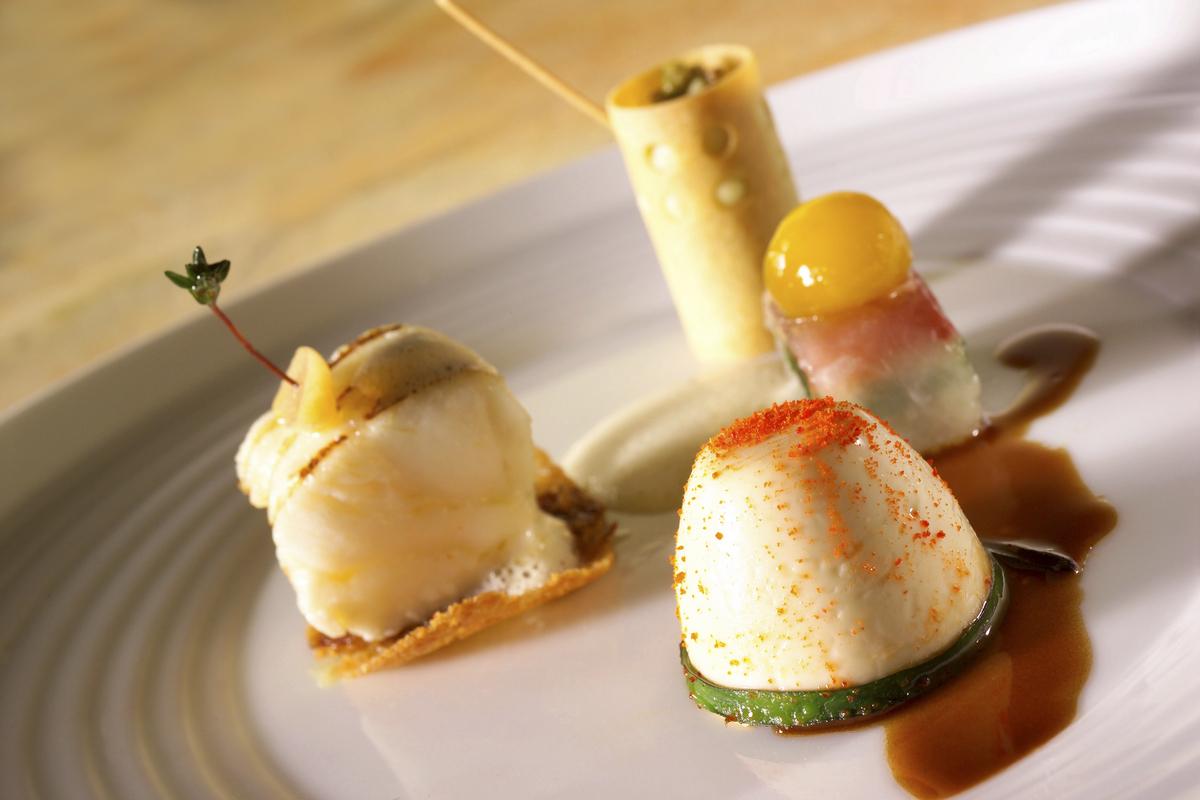 Lotte cuite au beurre noisette et grillée. Timbale crémeuse de ragoût de homard. Terrine de légumes et œuf de caille confit. Quiche mousseuse à la pomme de terre. Sauce au fenouil