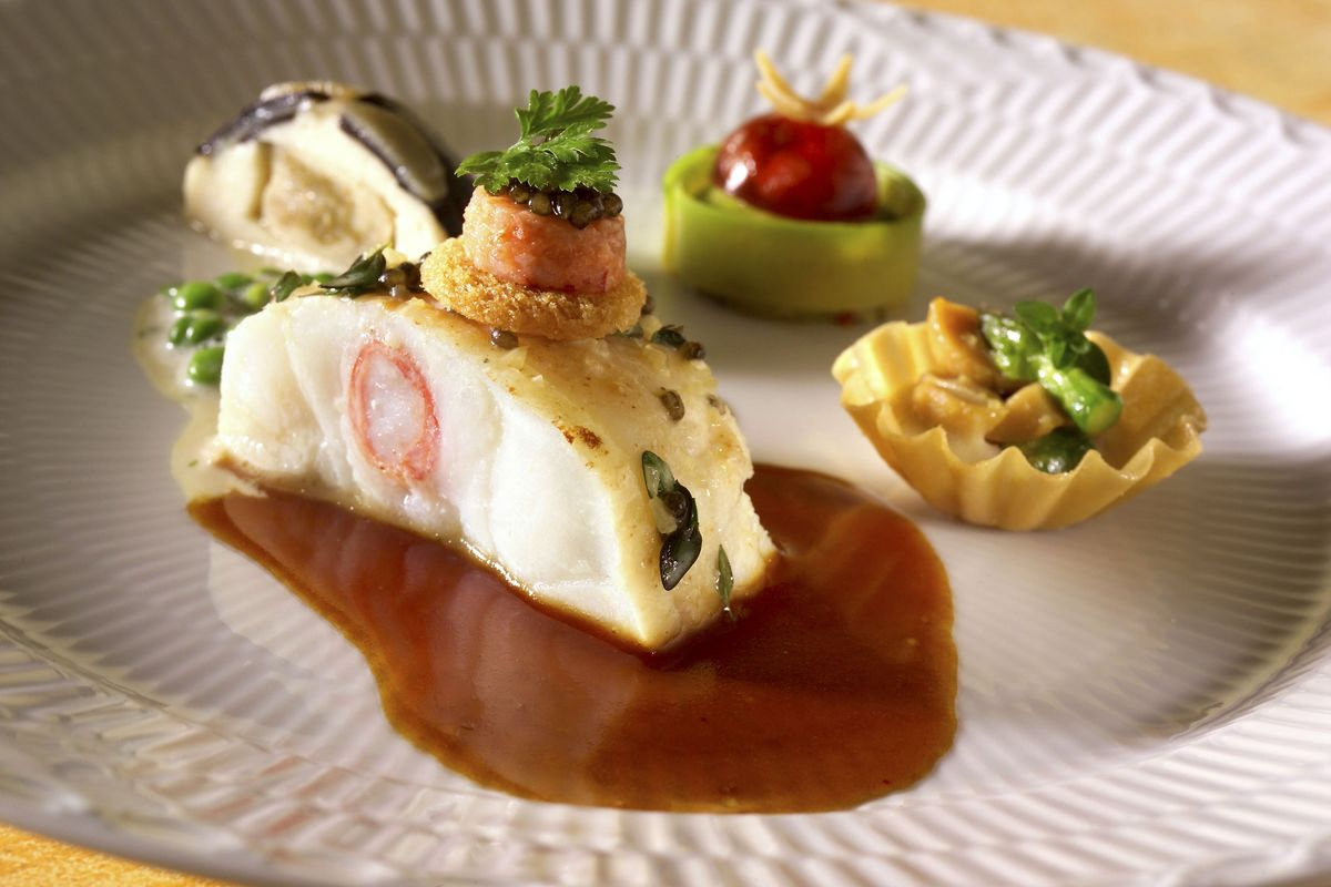 Dos de lotte farci au crabe royal. Chartreuse d'huîtres, Saint-Jacques fumées et truffes. Tartelette de cèpes, citron, asperges et jambon danois. Dariole d'avocat à la gelée de tomate chaude et sauce au homard