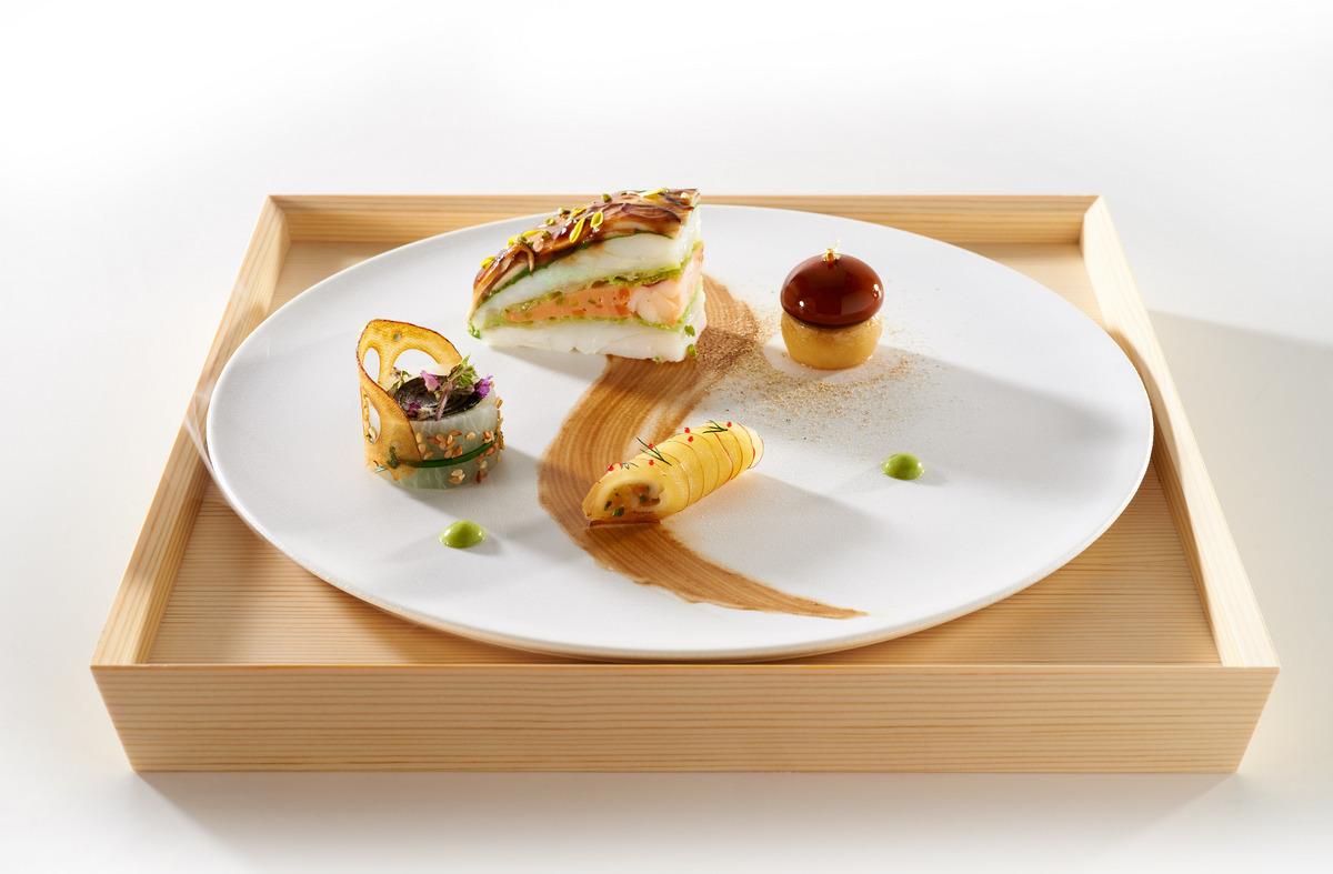 Le turbot et le homard Hamada en Bento. Filet de trubot label rouge couvert de lamelles de shiitake, maki au daïkon en feuille de nori et fleur de shiso. Champignon de pomme de terre et gelée de bisque. Tartare de homard roulé en pomme Rubinette