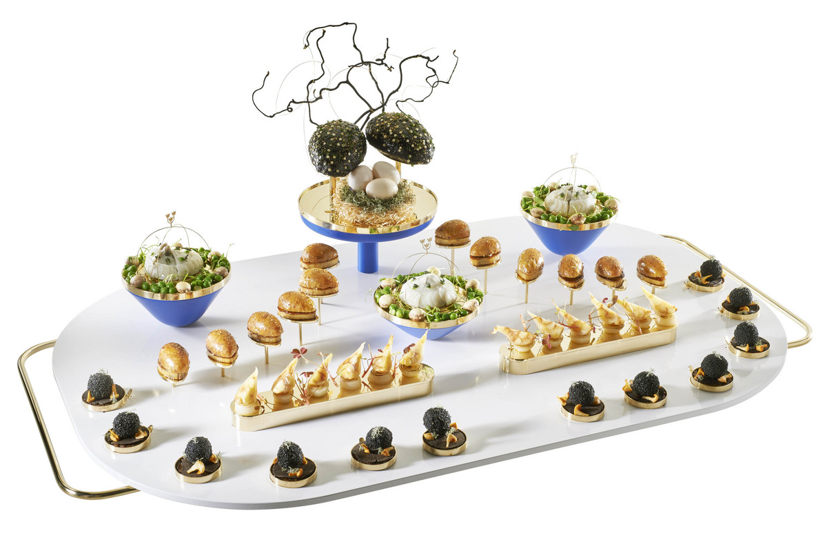Pintade en 3 façons avec champignons, pommes et artichauts. Poitrine farcie aux champignons et à l'estragon, cuisses confites à la peau croustillante, foie gras et endives. Pommes et oignons fumés, truffes et champignons avec lichen, topinambours et artichaut en vinaigrette avec carottes, petits pois et herbes. Jus de pomme au vinaigre et au poivre, émulsion de jus de cuisson et graisse