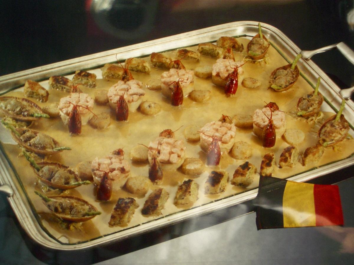 Saumon, coquilles St Jacques, homard, langoustines et huîtres.