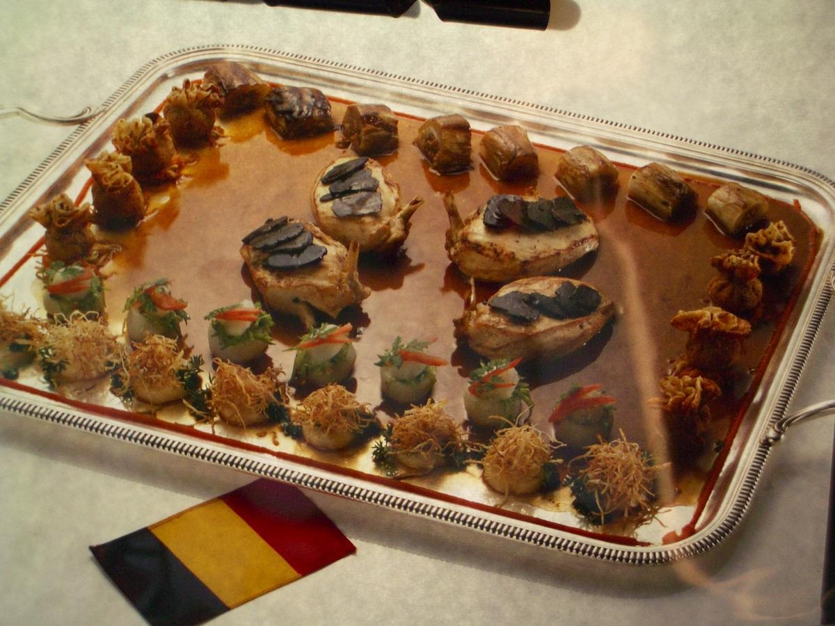 Suprême de poularde de Bresse farci de salpicon d'abats de volaille, truffes au fumet de Chambertin.