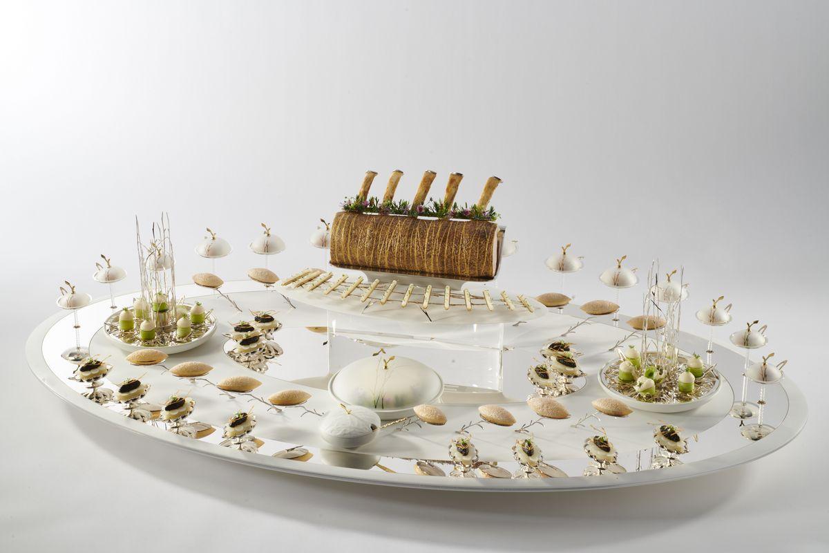 NORD -Le rôti de Grand-Mère et l'appel pour des pratiques durables. Pommes soufflées. Ris de veau et poireau vapeur. Veau rôti. Rosette de chou-fleur. Salade du Nord. Pickles de navet