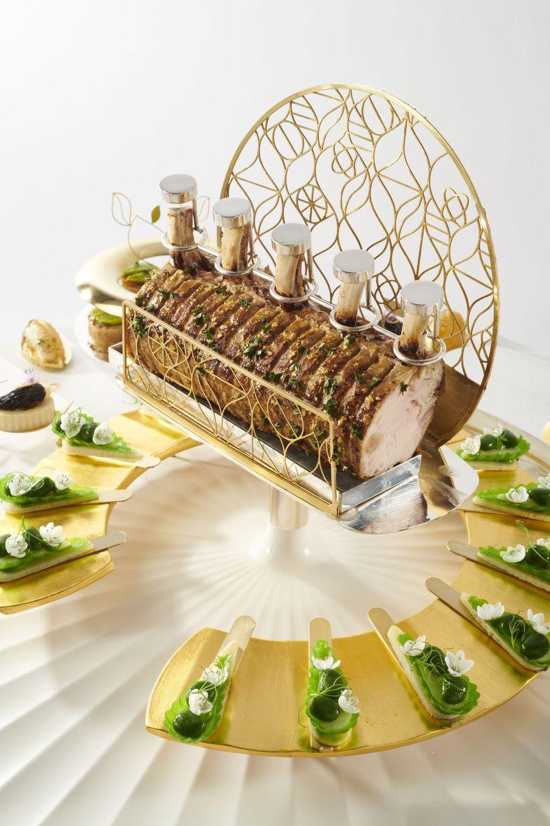 """Train de côtes de veau rôti avec les abats """"hommage au prix Nobel"""" - Train de côtes de veau farci au foie de veau et foie gras, côtes braisées. Tartelette de petits pois et aromates avec légumes d'hiver. Variation de champignons. Ris de veau en farce avec thym citron et pomme de terre herloom suédoise cuite au beurre"""