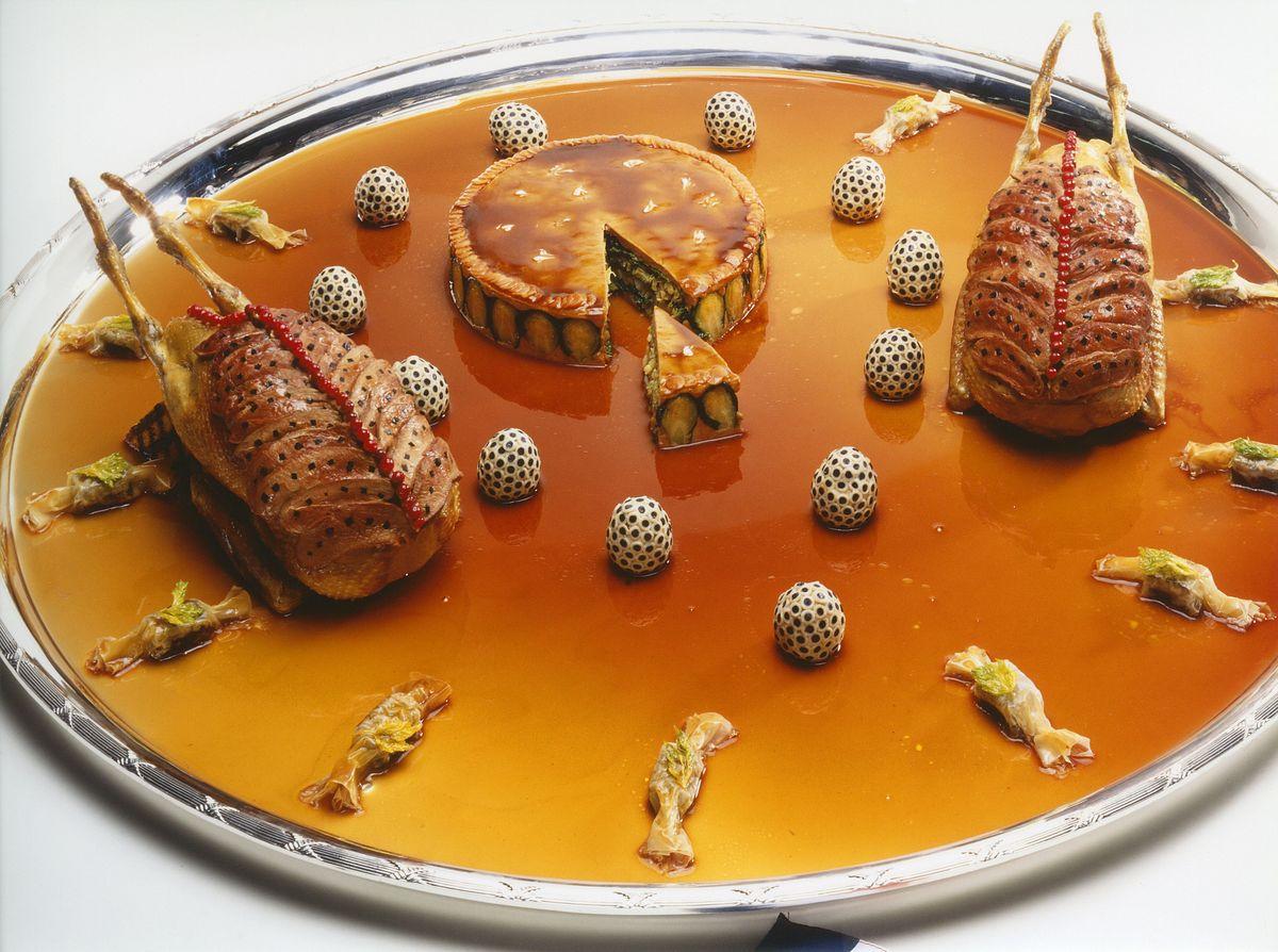 Canard soufflé au foie gras, œufs-macaronis truffés et chartreuse de choux