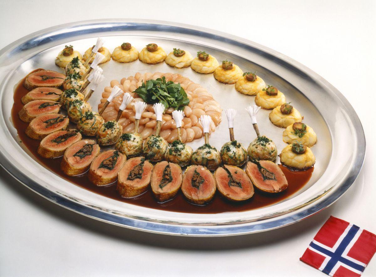 Filet de canard farci aux morilles, pommes de terre, charlotte de foie de canard et navets glacés