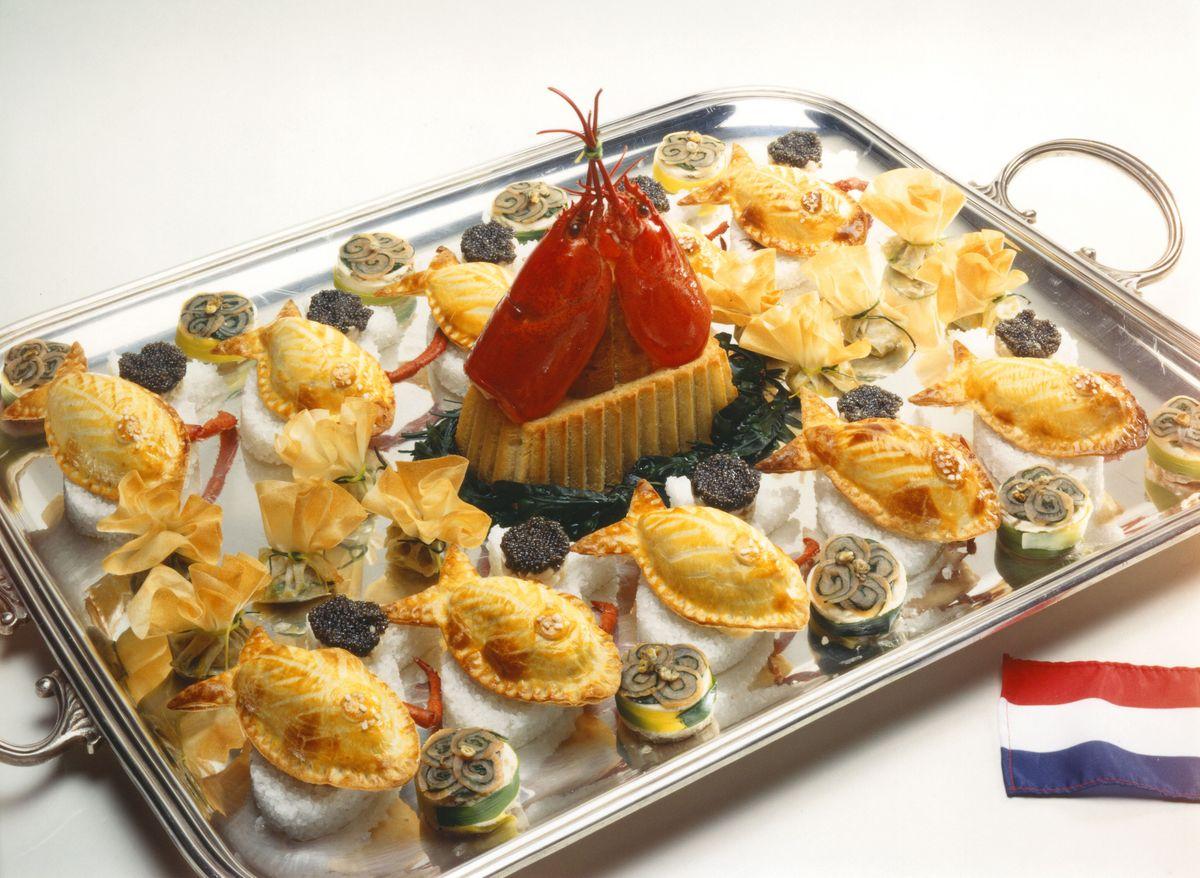 Filet de sole farci au homard en croûte. Tartare de coquille Saint-Jacques et mousse de saumon