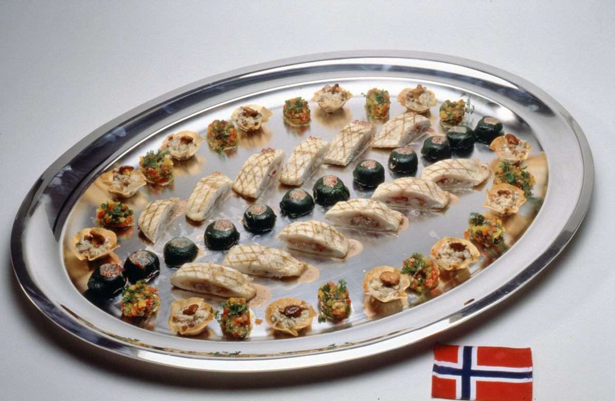 Turbot grillé farci aux écrevisses et tartare de fenouil, servi avec risotto aux chanterelles, poivron au parmesan et mousseline de homard. Sauce homardine à l'anis