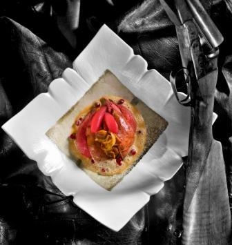 Filet de perdrix, ragoût de cèpes, poires cuites aux airelles rouges et sauce perdrix