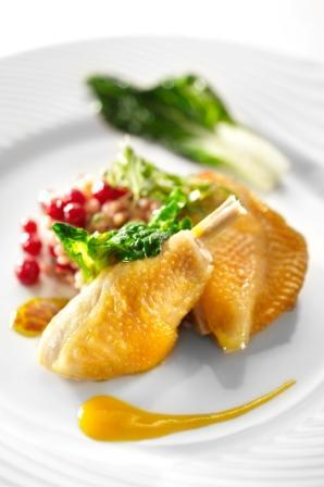 Cuisse de poulet confit poêlée, salade d'orge, canneberge et purée d'abricot