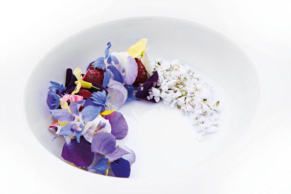 Framboises caramélisées, fleurs et meringue au thym