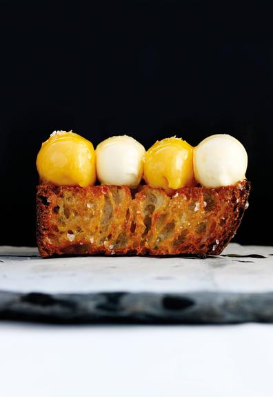 La fausse gaufre servie avec crème glacée, sorbet de mûre arctique et sel marin