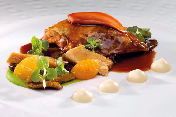 Pigeon au foie gras, purées de celéri et petits pois