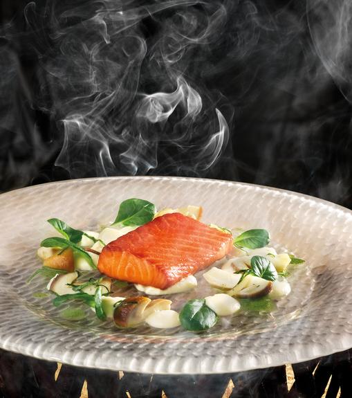 Filet de saumon Salma fumé à chaud Purée de céleri, cèpes marinés et vinaigrette d'oseille