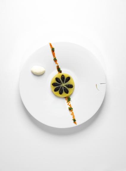 Pommes de terre fondantes au caviar osciètre, condiments à l'échalote et aux câpres croquantes, crème fermière